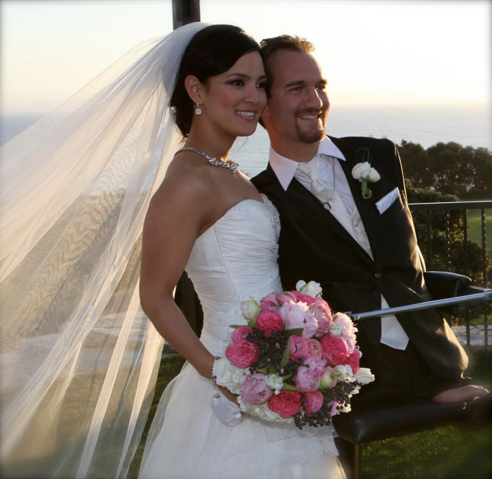 nick-vujicic-with-his-wife-kanae-on-their-wedding-day