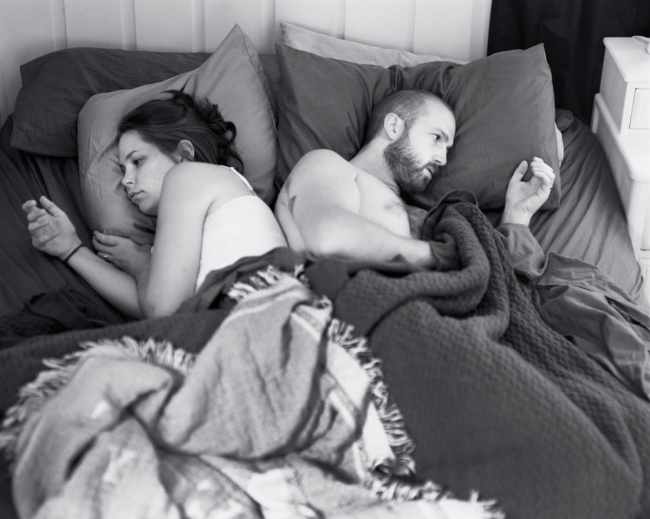 2647260-R3L8T8D-650-pickersgill-and-his-wife-often-lie-in-bed-focused-on-their-devices-for-the-photo-series-removed-he-removed-their-phones-to-show-just-how-weird-that-can-be